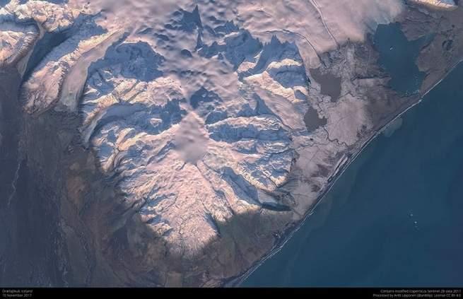 הר געש אורבייקוט - האזור המטושטש במרכז מצביע על קרח נמס