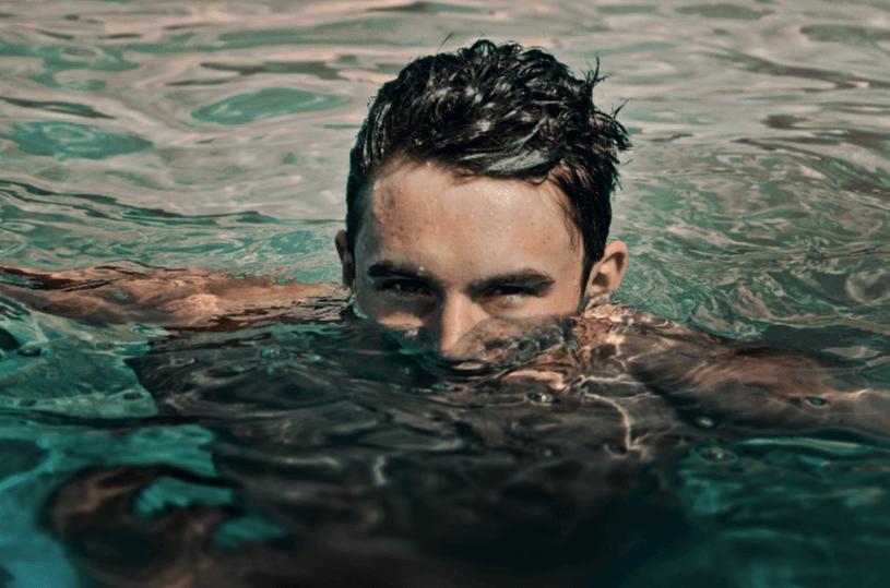 שוחים או מתקלחים עם עדשות מגע? היזהרו - טבע - מדע פלוס