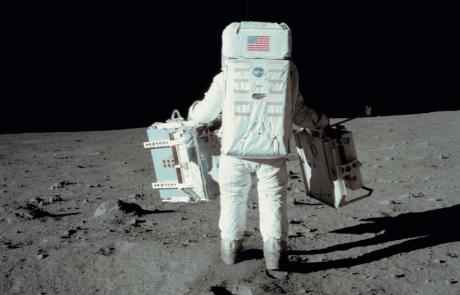 למה אף אחד לא גר על הירח עדיין?