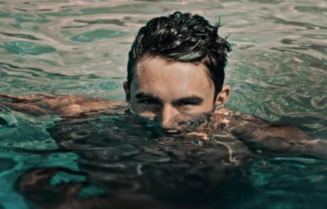שוחים או מתקלחים עם עדשות מגע? היזהרו!